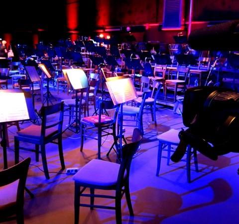 Wirkung von Musik ein Orchester mit Notenblättern