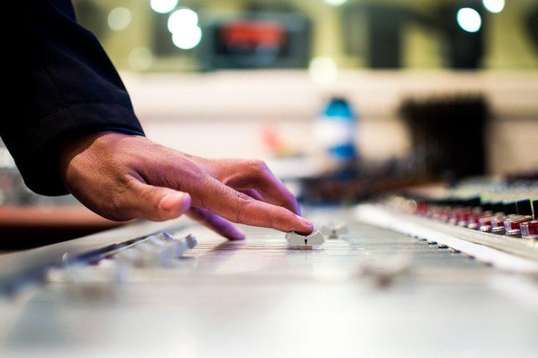 Warum ist Filmmusik so laut?